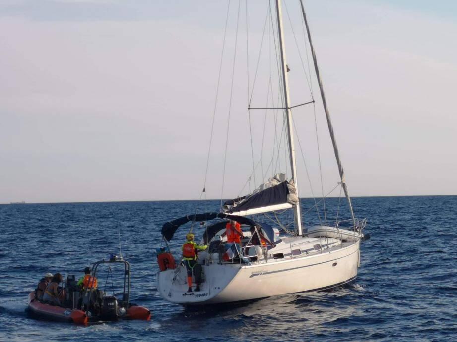 Le voilier a été remorqué vers le port des Embiez.