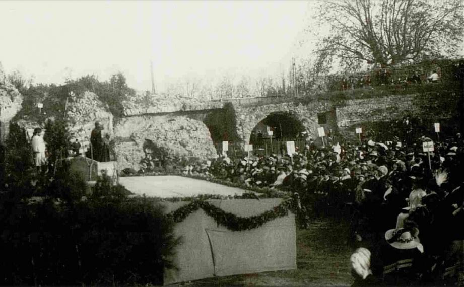 Antigone a été joué plusieurs fois dans le cadre des Arènes, notamment ici en 1912.