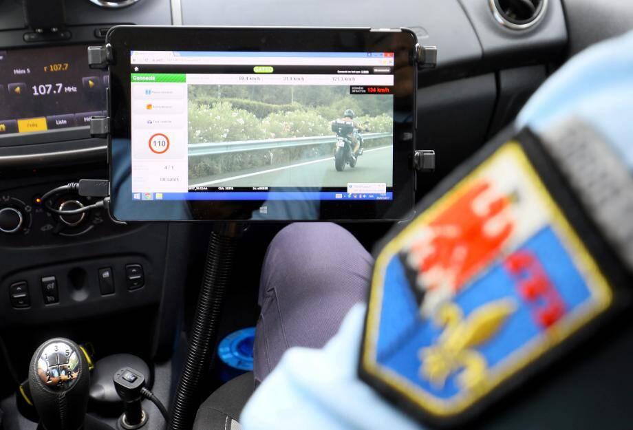 Illustration d'un contrôle de gendarmerie sur l'A8.