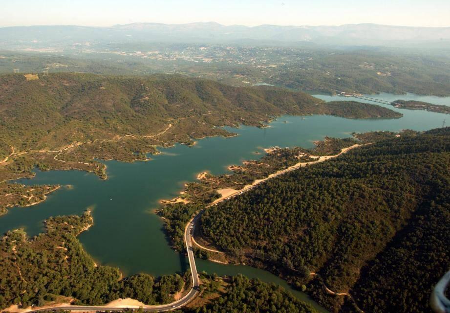 Une vue aérienne d'une partie du lac de Saint-Cassien.
