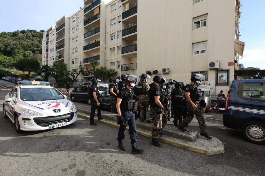 Le 11 juin, la police investit en force l'impasse des Liserons, où deux hommes ont été blessés.