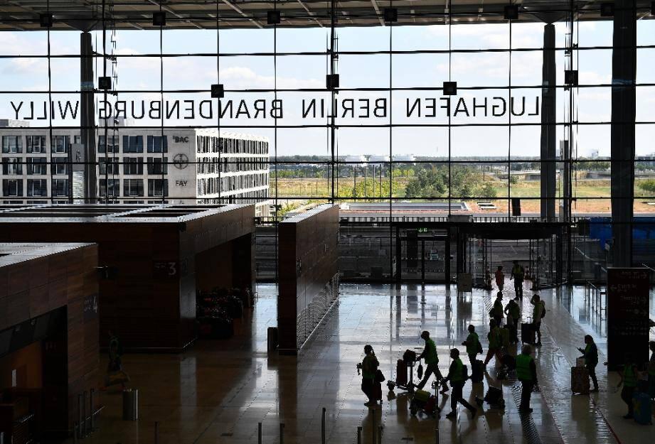 Des candidats au dépistage du coronavirus attendent à l'aéroport de Berlin le 30 juillet 2020.