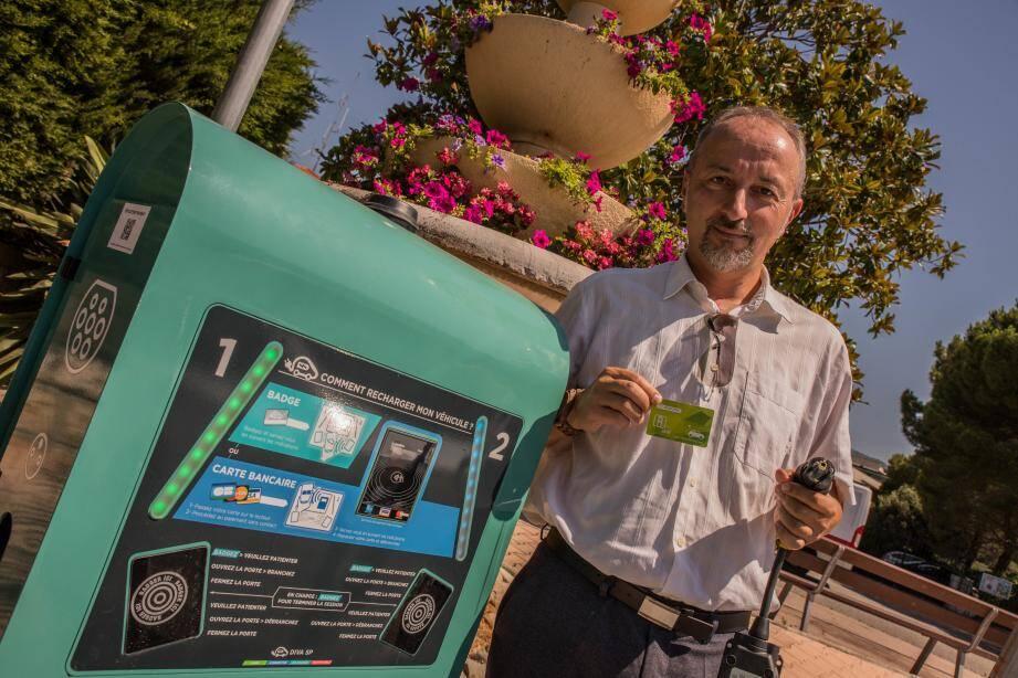 Philippe Pinoli, responsable du département transport de la CARF, présente une borne récemment installée à Roquebrune-Cap-Martin.