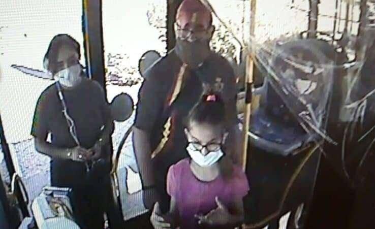 Une image de vidéosurveillance montre la fillette de 11 ans accompagnée de son père à bord d'un bus.