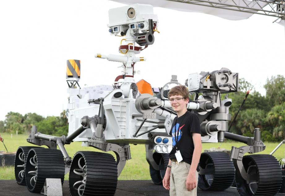 Alex Mather, 13 ans, qui a proposé le nom de Perseverance à la Nasa, pose à côté d'une maquette grandeur nature du rover, le 28 juillet 2020 à Cap Canaveral, en Floride