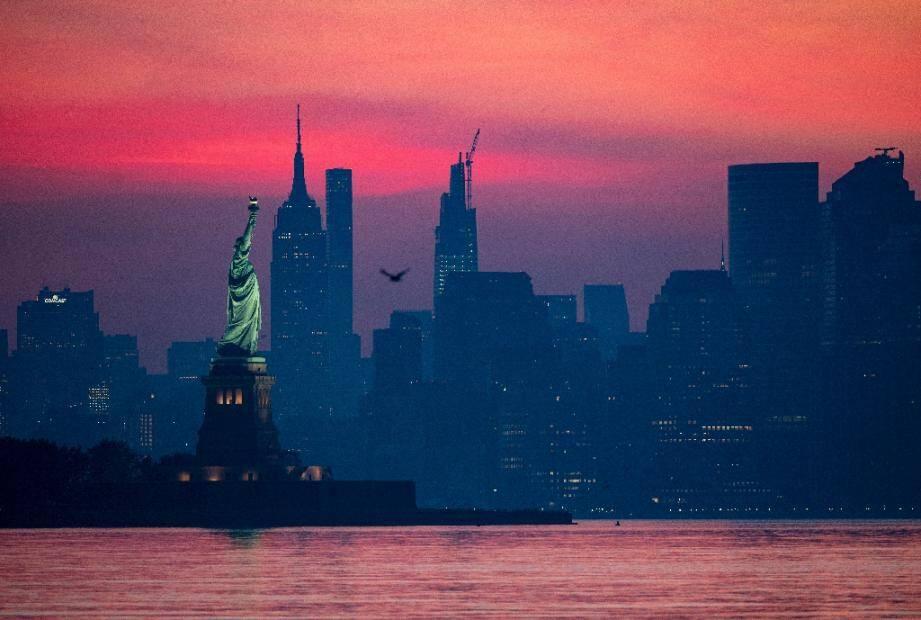 Une vue de la Statue de la Liberté et de la pointe de Manhattan à l'aube, le 19 juillet 2020