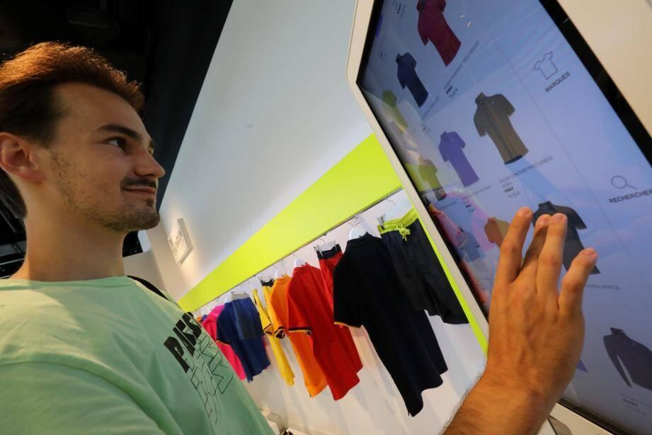 Photo principale : Cap 3000 innove avec le e-retail, alliant shopping en boutique et sur Internet. Ici le stand Thunderstone à la Capsule.