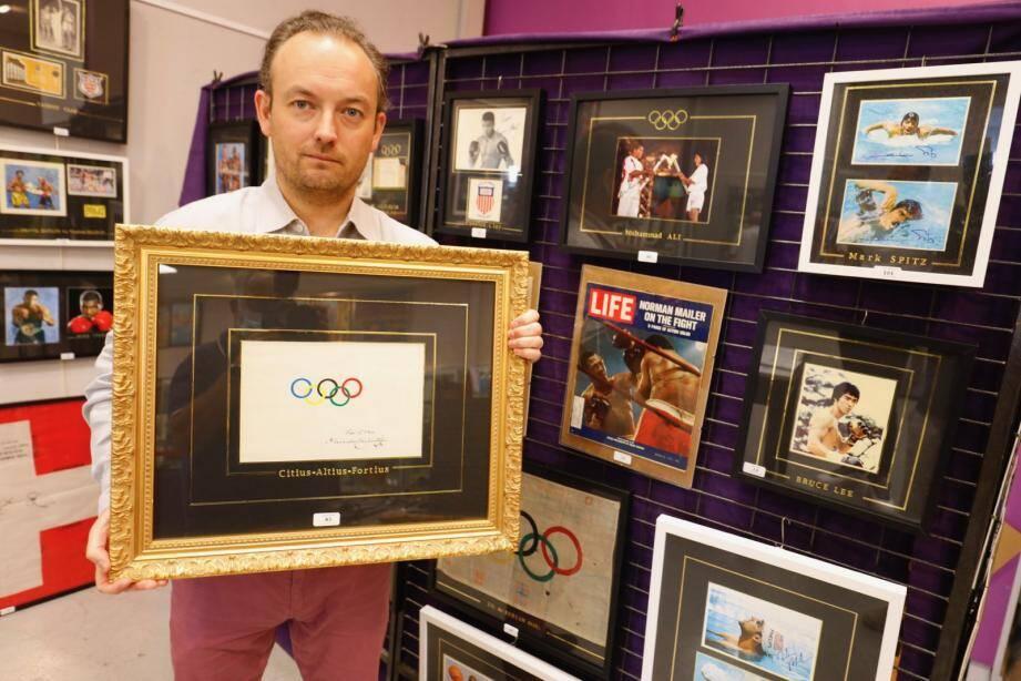 Alexandre Debussy et Cannes Enchères mettent en vente, ce dimanche dès 15h30, un exemplaire unique du drapeau olympique dessiné par le célèbre baron.