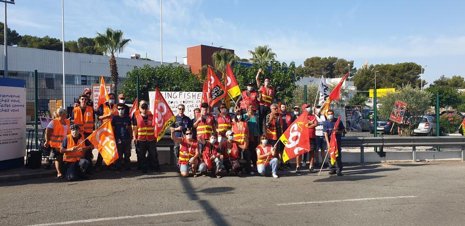 Légende : Une trentaine de salariés manifeste, ce mercredi matin, devant l'entrée du magasin cannetan, chemin de Carimaï.