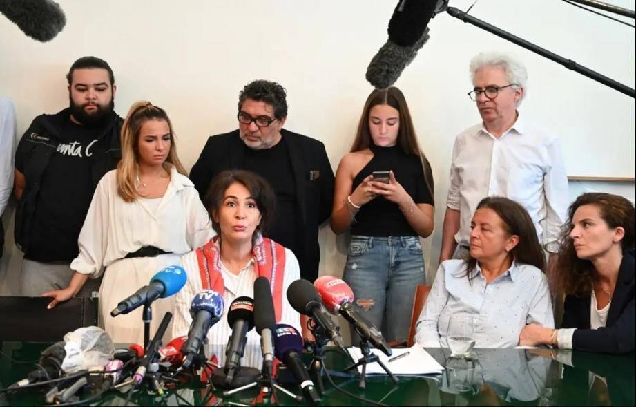 Doria Chouviat, la veuve de Cédric Chouviat, entourée de ses enfants, de sa belle-mère et de ses avocats, le 23 juin 2020.