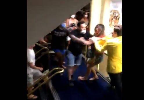 Un séjour en Corse qui s'achevait pour certains vacanciers par un triste spectacle où des marins et des passagers s'affrontent dans les escaliers et les couloirs d'un ferry.