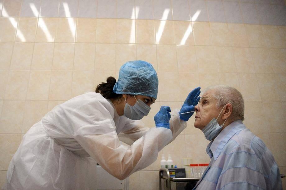Une soignante procède à un test de dépistage du Covid-19 dans un centre médical à Moscou le 16 juillet 2020.