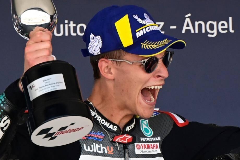 Fabio Quartararo sur la plus haute marche du podium pour la première fois de sa jeune carrière, le 19 juillet 2020, après sa victoire lors du grand Prix d'Espagne sur le circuit de Jerez.