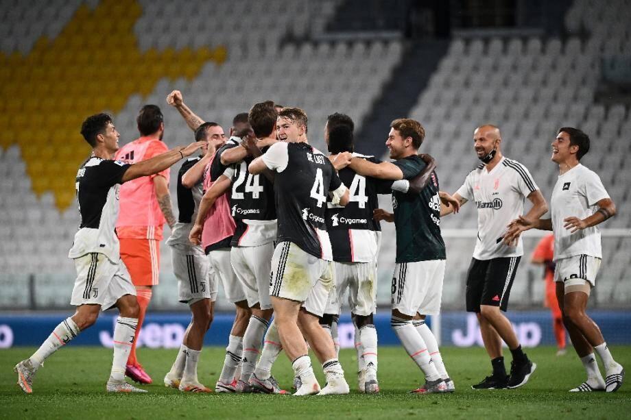 Les joueurs de la Juventus en liesse après la conquête du 9e titre de champion d'Italie à l'issue de la victoire sur la Sampdoria à Turin, le 26 juillet 2020