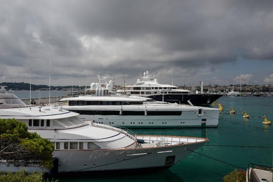 """Les yachts amarrés au """"quai des milliardaires"""" à Antibes, sur la Côte d'Azur, le 3 juillet 2020"""