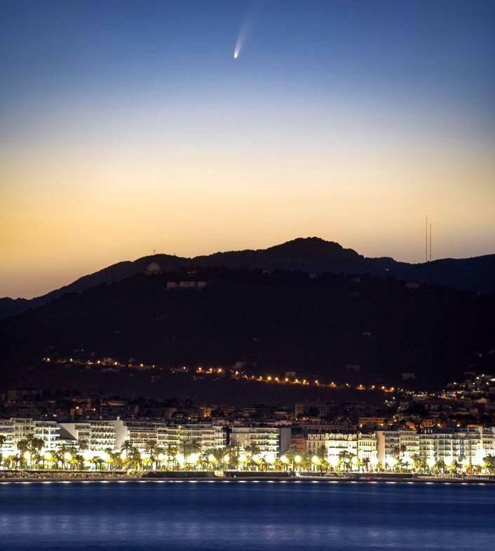 Le cliché somptueux a été saisi ce lundi 6 juillet, vers 4h30. Il dévoile le passage de la comète visible à l'œil nu en ville.