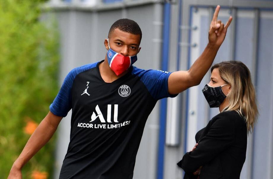 L'attaquant du PSG Kylian Mbappé arrive à l'entraînement le 2 juillet 2020 au Camp des Loges à Saint-Germain-en-Laye (Yvelines)