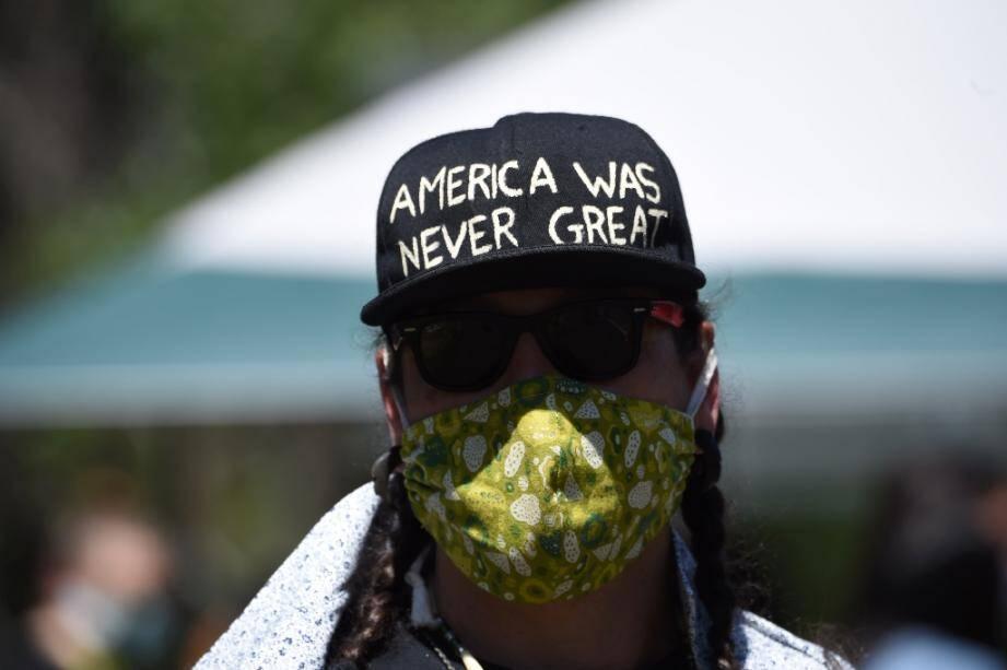 """Une manifestante porte une casquette """"l'Amérique n'a jamais été grande"""", à Keystone, le 3 juillet 2020"""