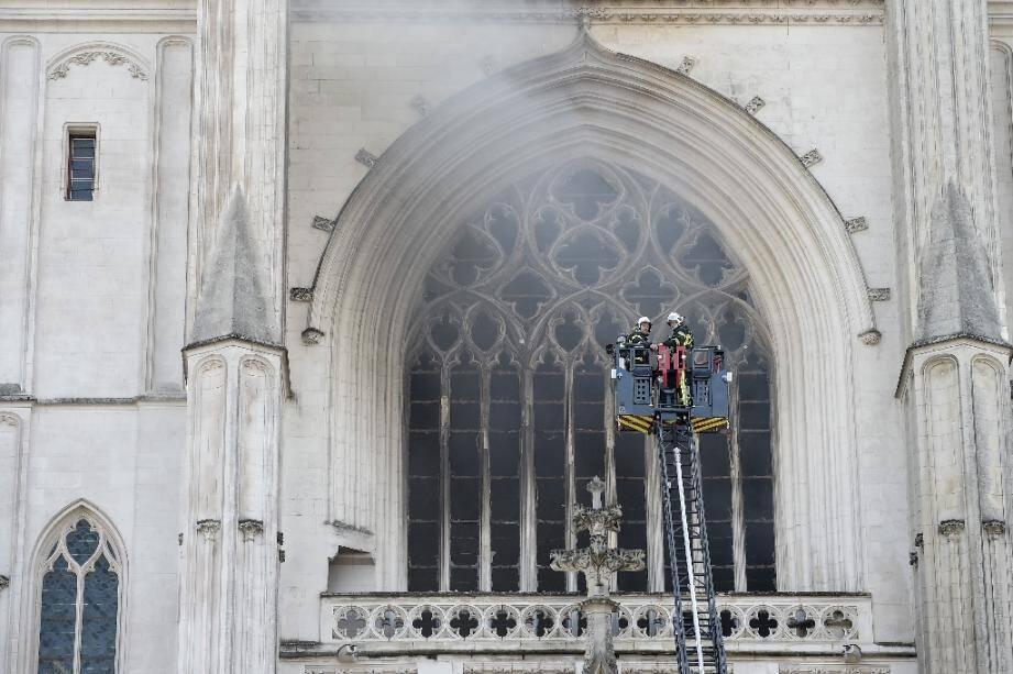 Des pompiers luttent contre l'incendie de la cathédrale Saint-Pierre-et-Saint-Paul à Nantes le 18 juillet 2020