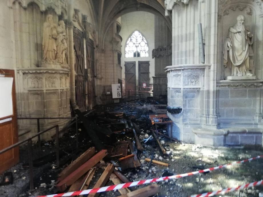 Les débris de l'orgue de la cathédrale  Saint-Pierre-et-Saint-Paul à Nantes après un incendie le 18 juillet 2020