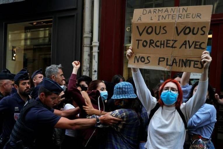 Rassemblement de féministes pour protester contre l'arrivée de Gerald Darmanin au ministère de l'Intérieur.