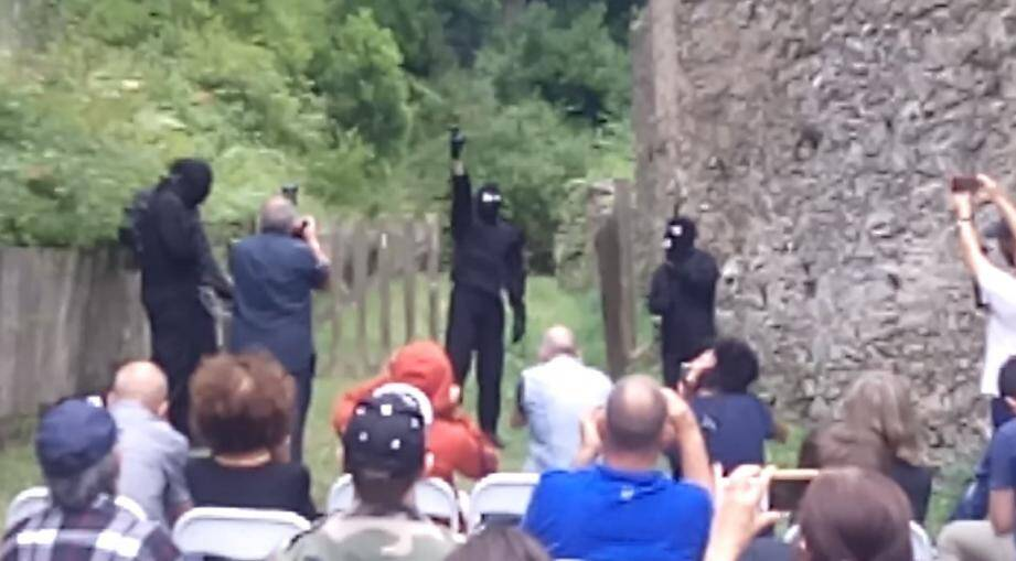 Les images montrent les quatre hommes du FLNC terminant leur intervention par une salve de coups de feu tirés en l'air.
