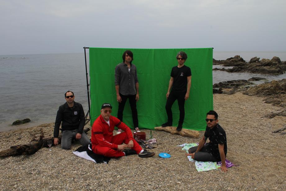 Le groupe avec Régis Laugier (2e à droite) sur la plage de Saint-Aygulf pour le tournage du clip du 1er single issu du projet avec Roddy Bottum (survêtement rouge) de Faith No More, enregistré dans le tout proche studio Cox In Hell.