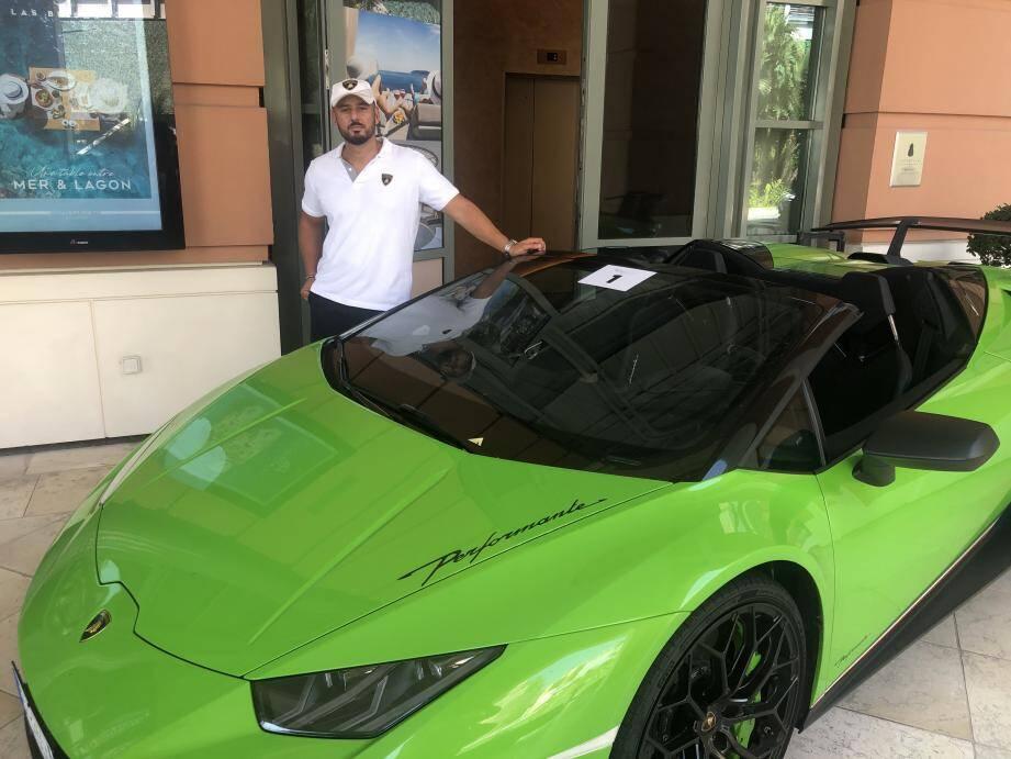 L'organisateur de l'évènement, Stefano Cigana, et sa Lamborghini, ce vendredi midi au Monte-Carlo Bay.