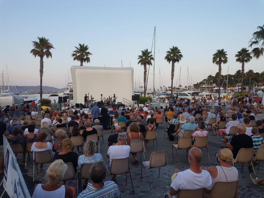 """Beaucoup de monde ce mercredi à Cavalaire, pour la projection du film """"Grease"""" précédé du concert des Forbans."""