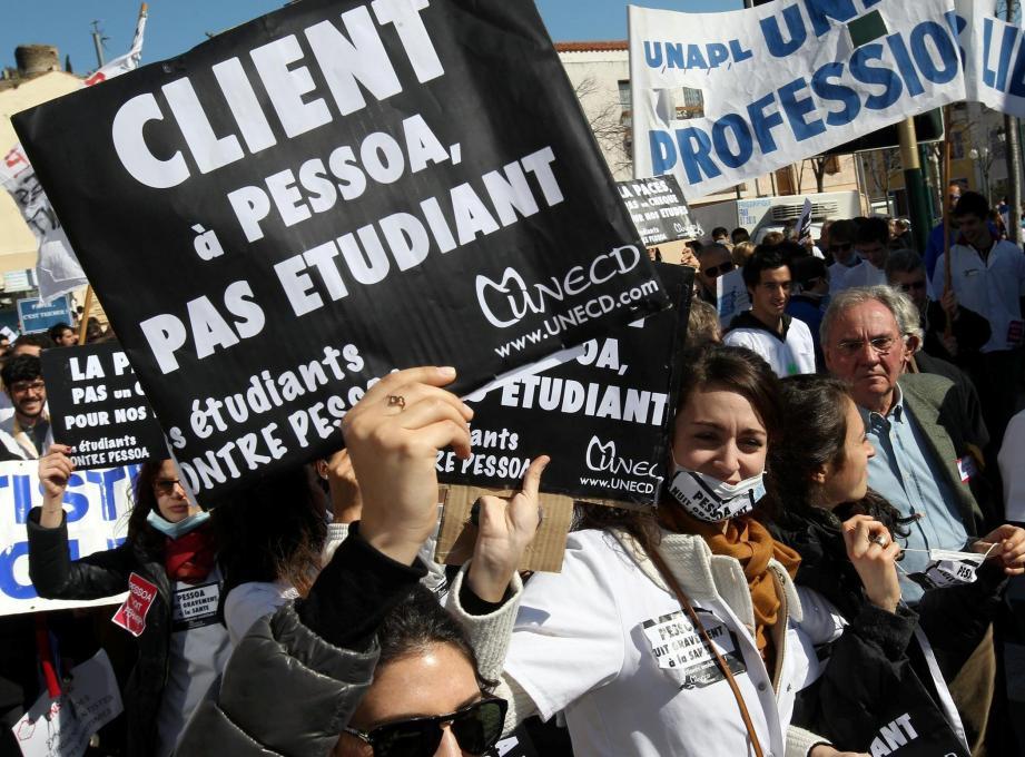 Depuis 2013, syndicats professionnels et associations d'étudiants dénoncent le système de l'université Fernando-Pessoa, rebaptisée Clesi.