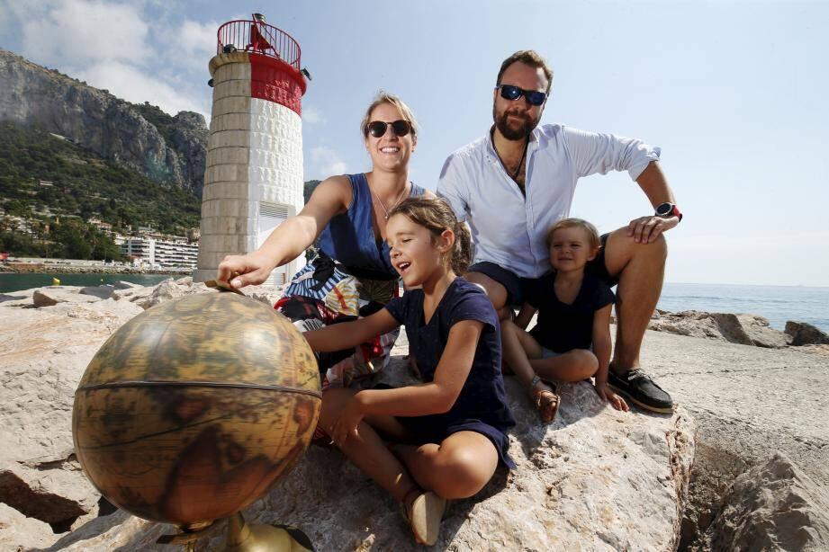 Thomas et Audrey Capiten, accompagnés de leurs filles, Anna et Louise, ambitionnent de faire le tour du globe en catamaran durant cinq ans.