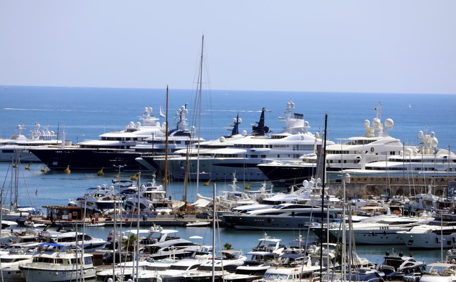 Le quai des milliardaires à Antibes.