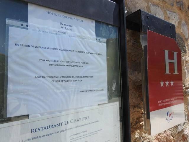Un communiqué affiché à l'entrée de l'hôtel du Couvent royal.