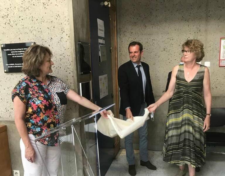 Mme Pascale Auriel a dévoilé la plaque, entourée par la présidente du tribunal et le procureur.