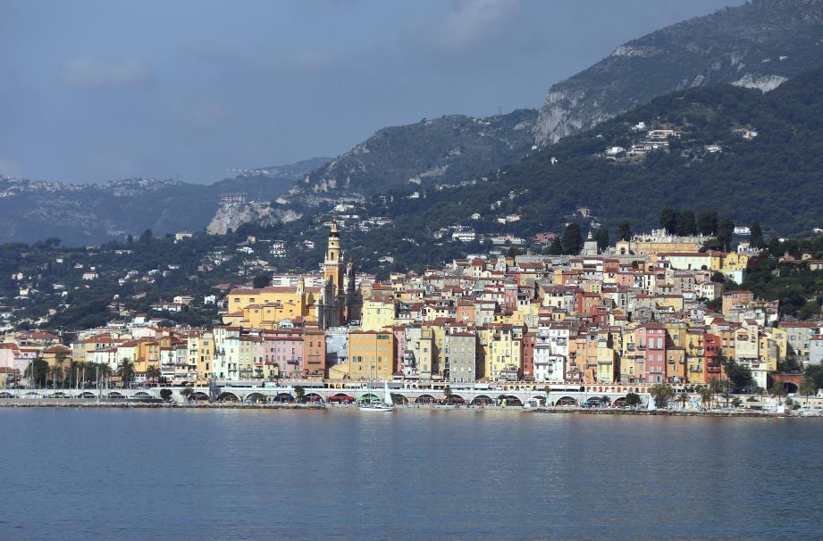 Avec ses maison suspendues à flanc de falaise, Menton est comparées aux villages des Cinq Terres en Italie.