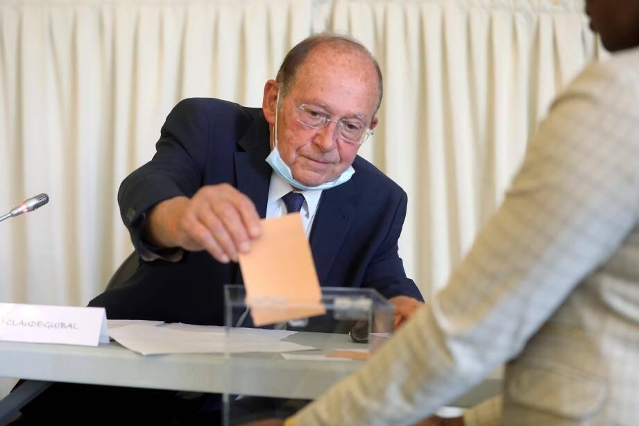 Jean-Claude Guibal reprend son fauteuil de président de la Carf, avec la majorité des suffrages exprimés. L'opposition mentonnaise, en la personne d'Olivier Bettati, ayant appelé à l'unité pour faire face à la crise économique liée au Covid-19.