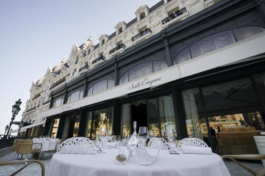 Pour la saison, le restaurant triplement étoilé d'Alain Ducasse étend son service sur la terrasse voisine, de la Salle Empire.
