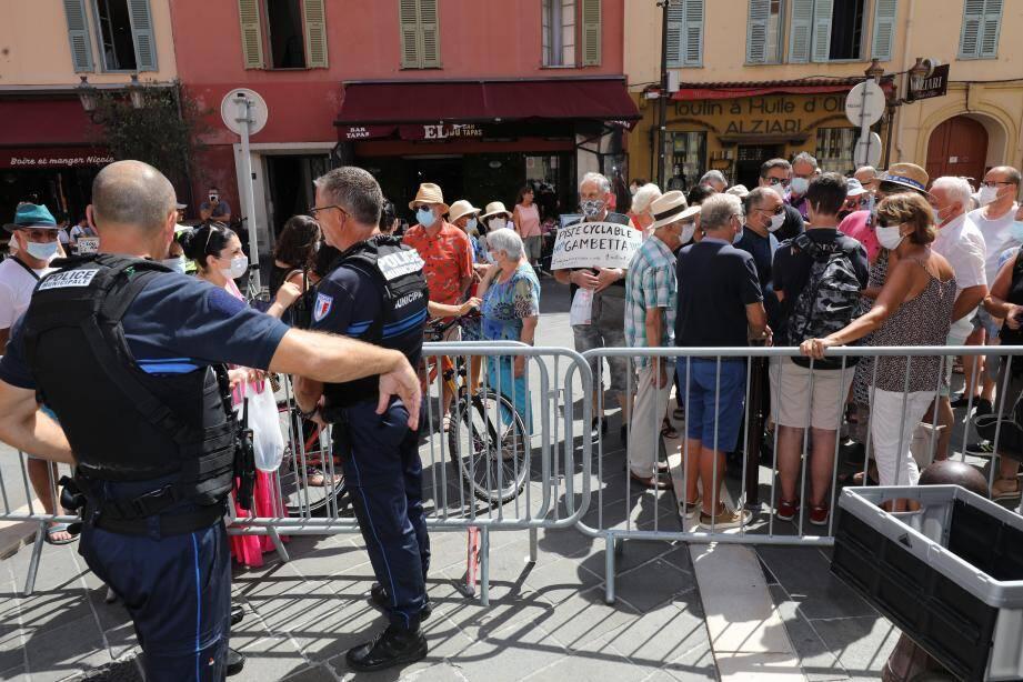 Ce jeudi après-midi, une quarantaine de personnes a manifesté devant l'hôtel de ville pour supprimer la piste du bas et rétablir la circulation.