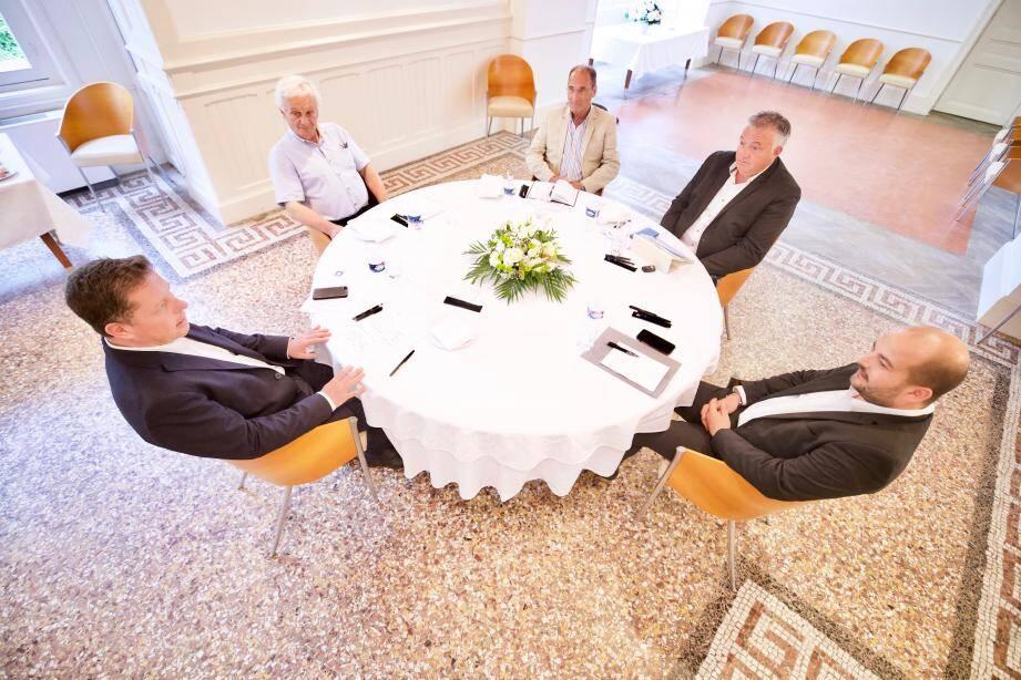 La décision des cinq maires de travailler « main dans la main », en accordant quatre vice-présidences aux édiles RN, est dénoncée notamment par l'opposition LR et LREM de Fréjus.