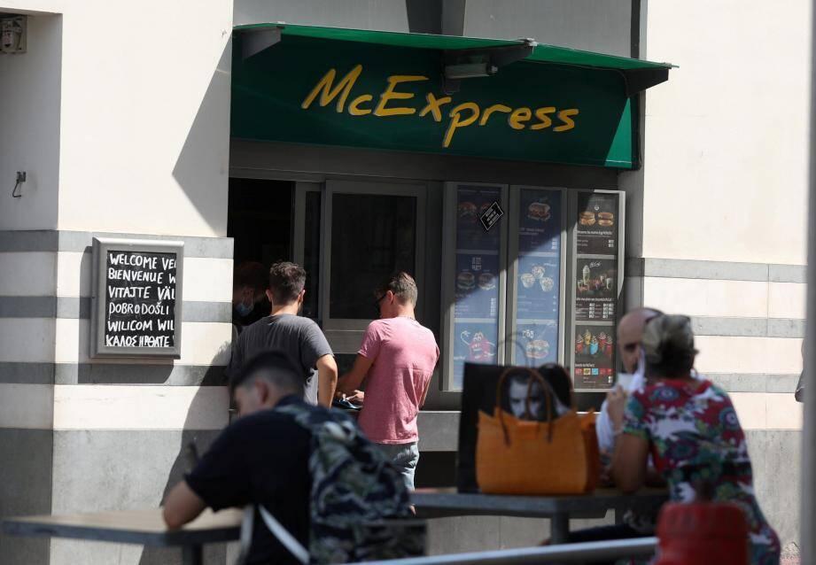 Les faits se sont déroulés dimanche, à 22heures, devant le drive piéton du restaurant McDonald's.
