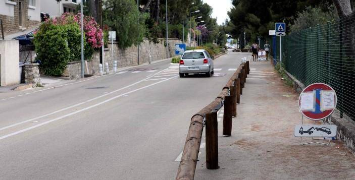 Les glissières en bois sécurisent le cheminement piétonnier dans la ligne droite de la corniche du Faron.