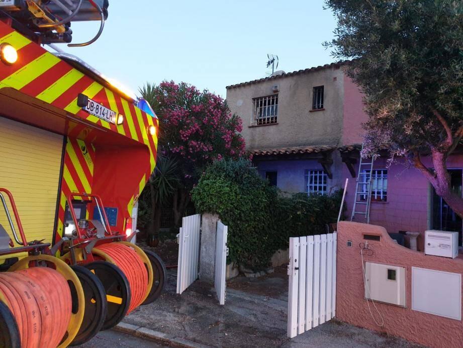 """Un violent incendie s'est déclaré dans la chambre d'une habitation située dans le lotissement """"les Micocouliers"""", à Six-Fours."""