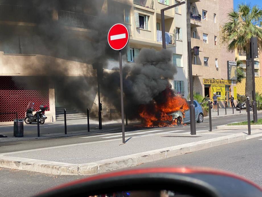 Des flammes spectaculaires ont ravagé l'avant du véhicule, à la hauteur du 44 route de Grenoble.