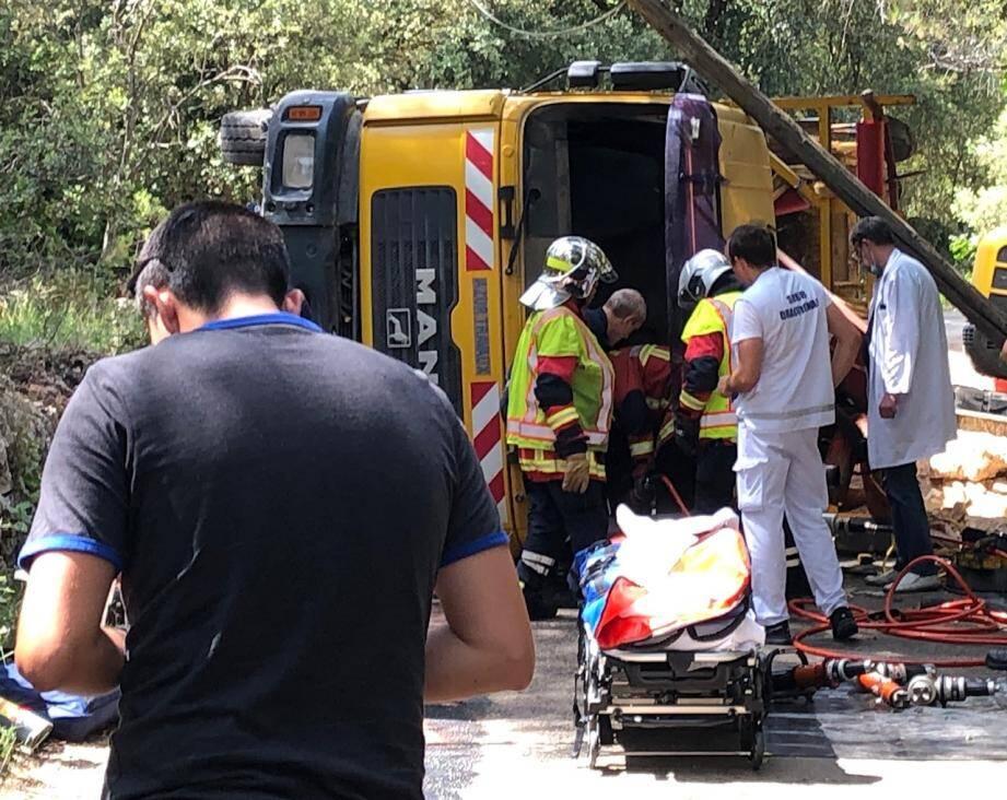 Le conducteur du poids-lourd s'est retrouvé piégé entre la cabine et le talus.