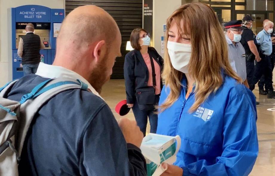 Une distribution de masques en gare de Toulon.