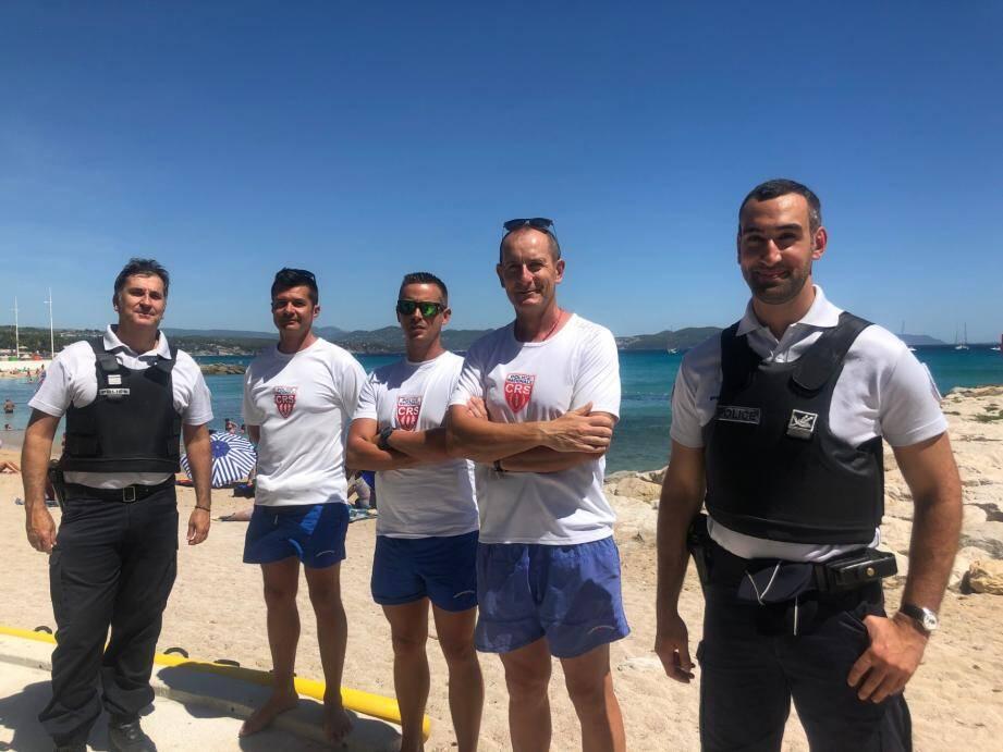 Le commandant Georges Nagy (à gauche) et le commissaire Grégory Petri (à droite) de La Ciotat ont accueilli les maîtres nageurs sauveteurs CRS, Laurent, Stéphane et Julien des CRS 59 et 55.