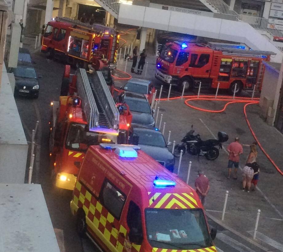 Un incendie s'est déclaré ce jeudi soir au niveau d'un véhicule qui était stationné dans le parking Mayol, à proximité de l'entrée de la rue Dutasta, à Toulon.