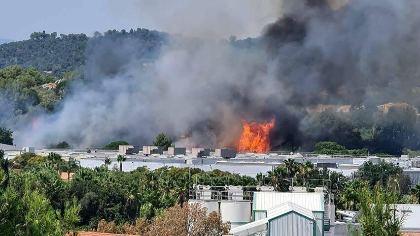 Un incendie s'est produit ce mardi, à proximité d'un centre commercial à l'entrée de Hyères.