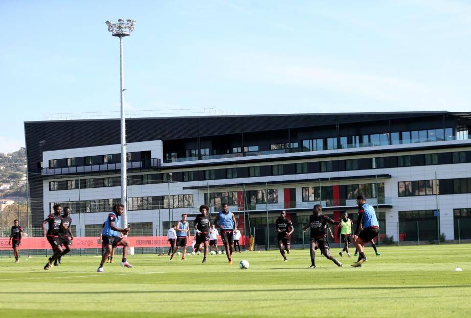 L'équipe de l'OGC Nice à l'entrainement devant le centre de formation du club.