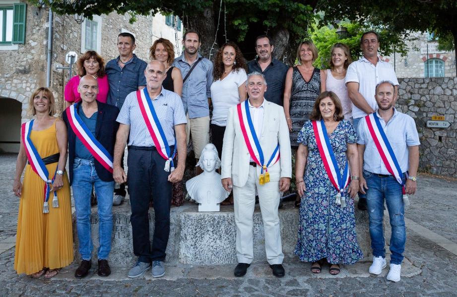 Le maire et ses adjoints, entourés par les élus de la majorité.